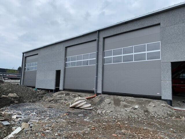 Porte sectionnelles industrielles avec fenetre ABF Fermetures