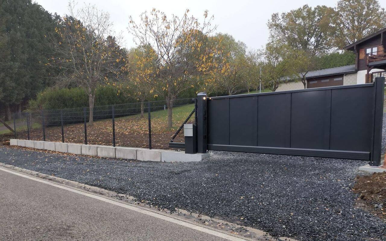 barrière automatisée et cloture maison individuelle ABF Fermetures
